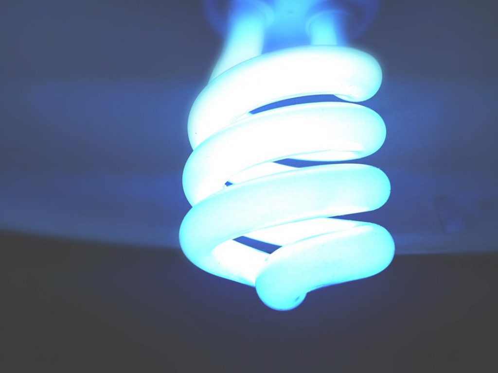 Folosește becuri cu LED sau fluorescente