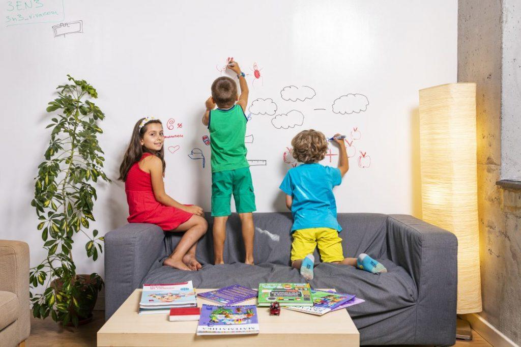 деца на стената у дома