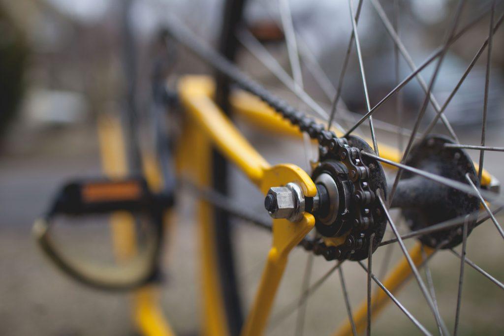 Някой кара колело